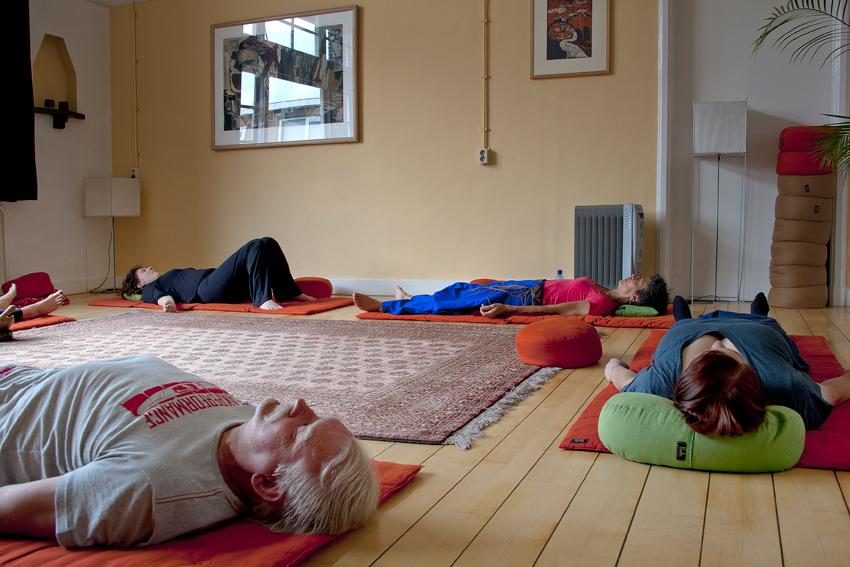 Foto van deelnemers aan een liggende meditatie in het Centrum voor Mindfulness Den Haag.