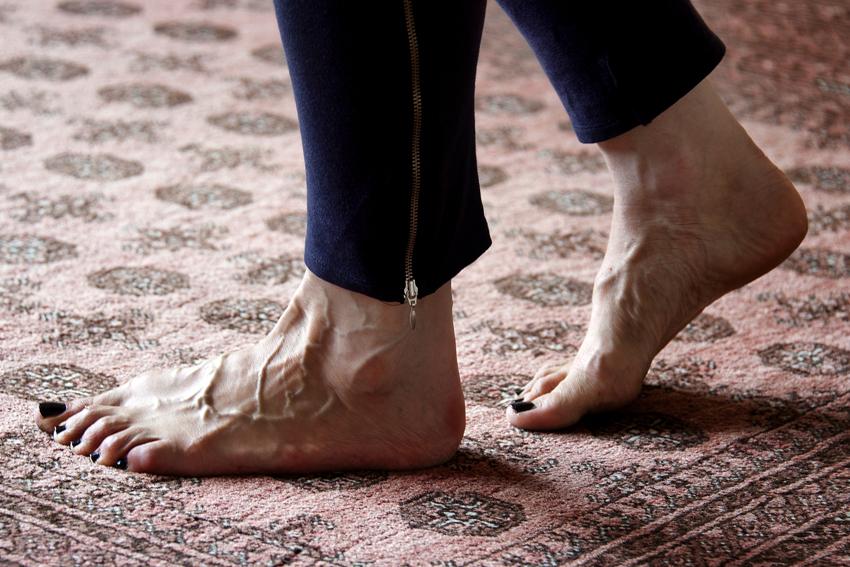 Foto van de voeten van een deelnemer aan een stiltemeditatie in het Centrum voor Mindfulness Den Haag.
