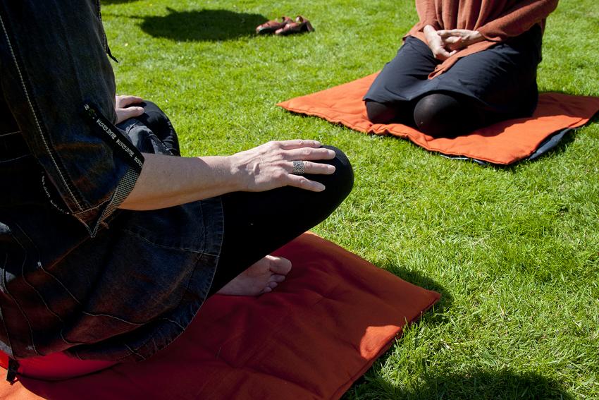 Foto van deelnemers aan zittende meditatie in de tuin van het Centrum voor Mindfulness Den Haag.