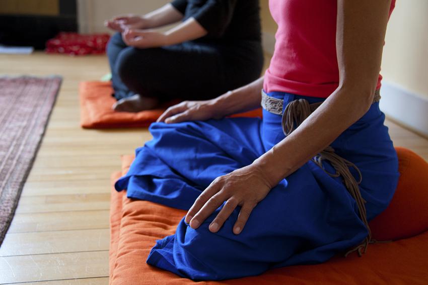 Foto van trainer en deelnemers aan stiltemeditatie in het Centrum voor Mindfulness Den Haag.