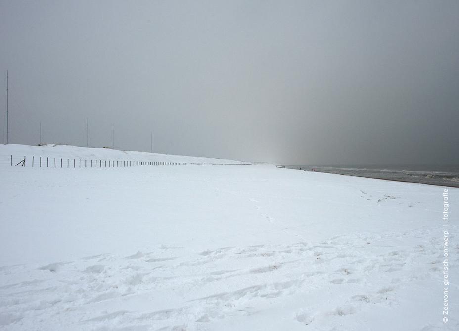 Foto van totaal besneeuwd strand tijdens strenge winter, Den Haag.