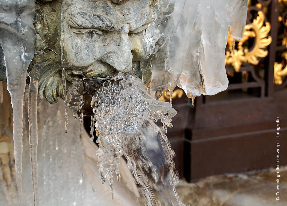 Foto van waterspuger met bevroren water.