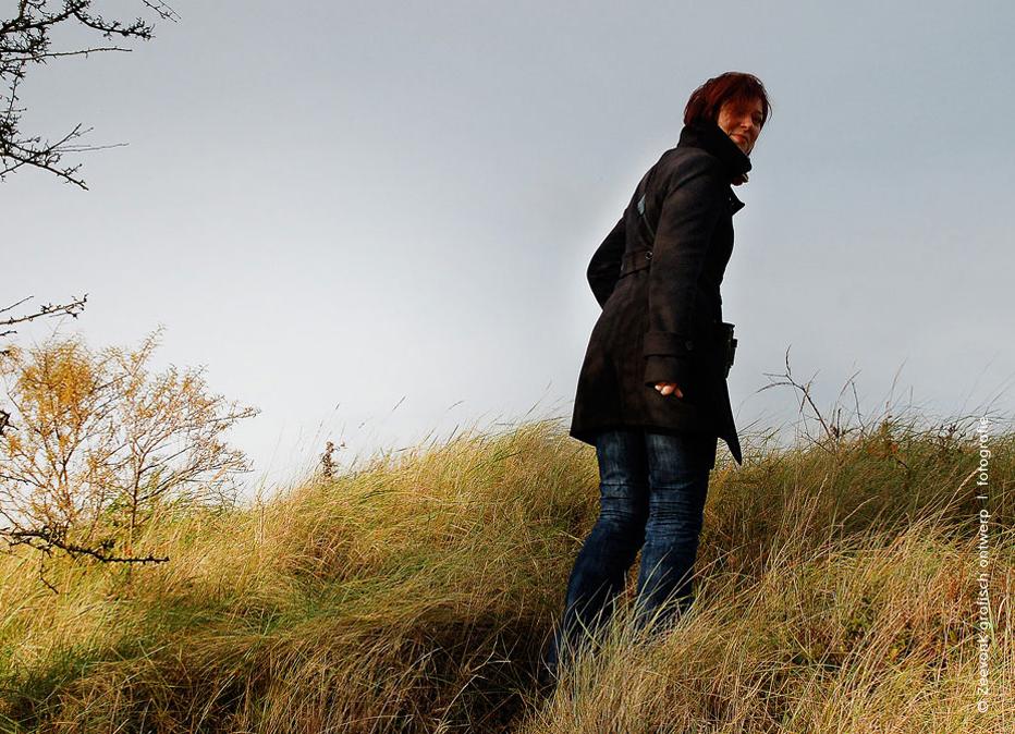 Foto van vrouw in de Amsterdamse Waterleidingduinen, omgeving De Zilk.