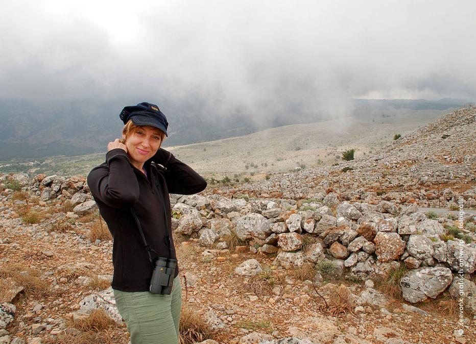 Foto van Karin in de mistige bergen boven Loutro, op Kreta.