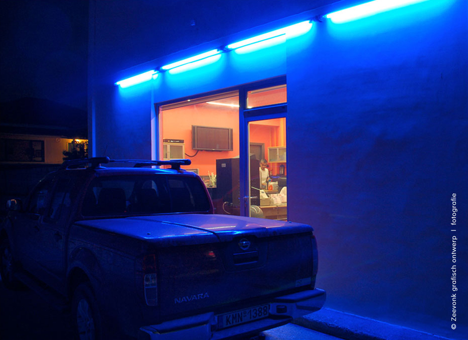 Foto van pick-up truck in blauw neonlicht.