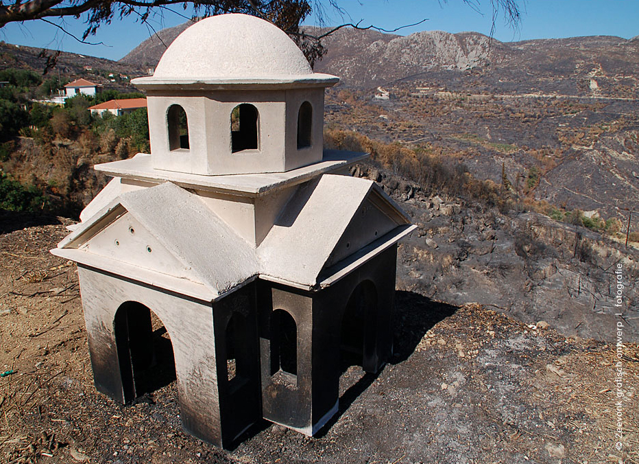 Foto van zwartgeblakerde mini-kapel, op Kefalonia, Griekenland.