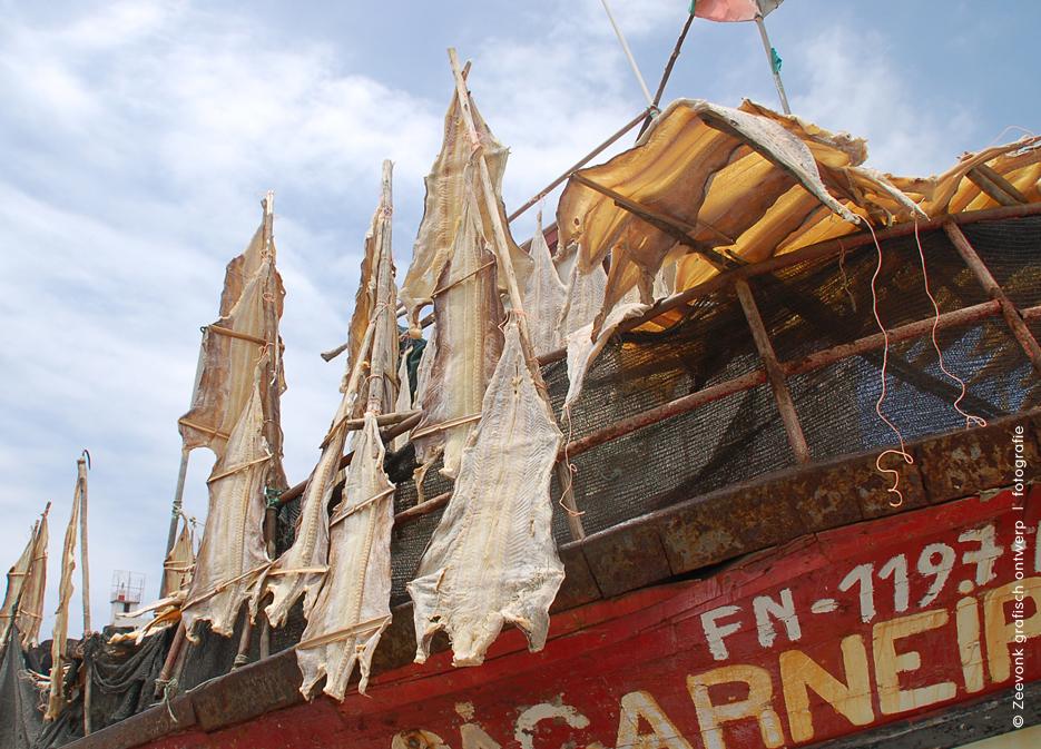 Foto van drogende vis, hangend aan vissersboten op Madeira.