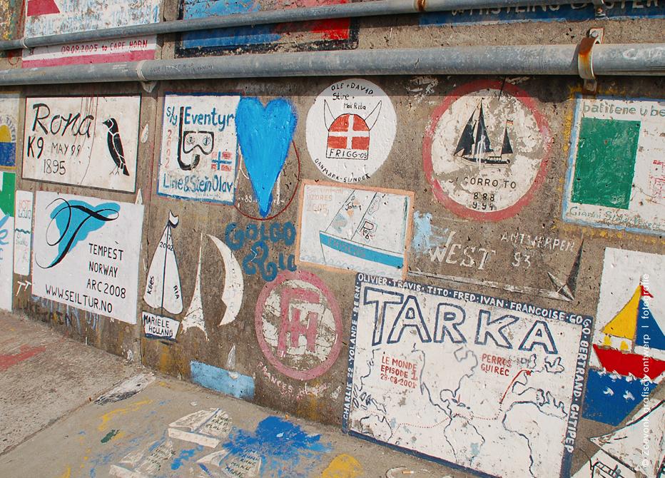 Foto van muurschilderingen van zeevaarders, haven van Funchal, Madeira.