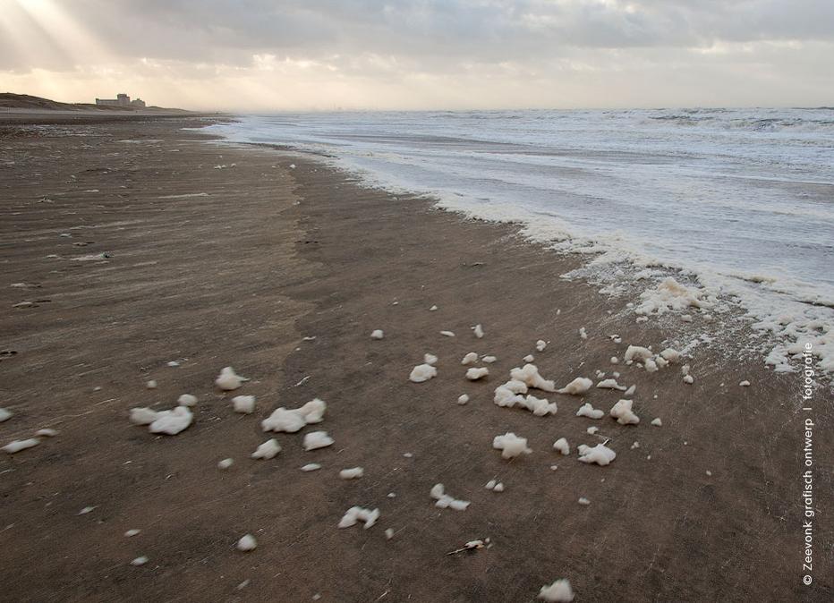 Foto van zeeschuim dat door een noordwesterstorm op het strand is geblazen, omgeving Kijkduin.