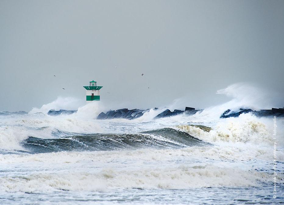 Foto van het Havenhoofd van Scheveningen, tijdens een Noordwesterstorm met windkracht 12.
