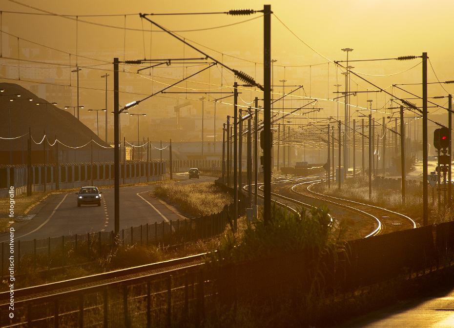 Foto van spoorlijn in de avondzon, haven van Setubal, Portugal.