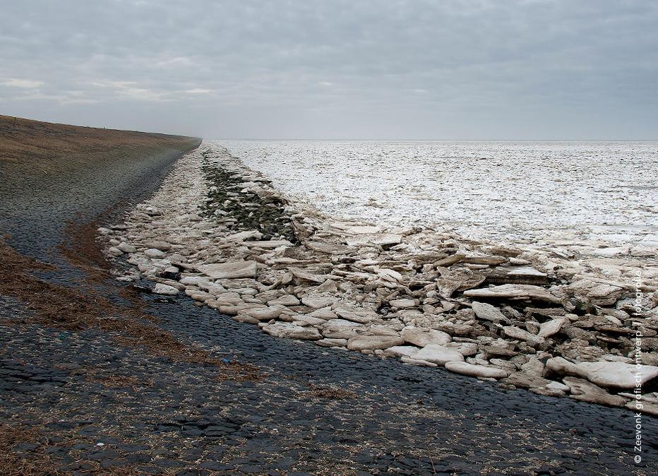 Foto van kruidend ijs tot aan de horizon, langs de Afsluitdijk.