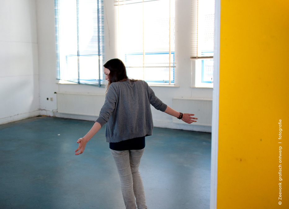Foto van een meisje dat zich verbaast hoe haar oude leeggehaalde klaslokaal er uit ziet.