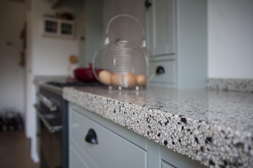 Foto van details van de terrazzo aanrecht in een handgemaakte keuken.