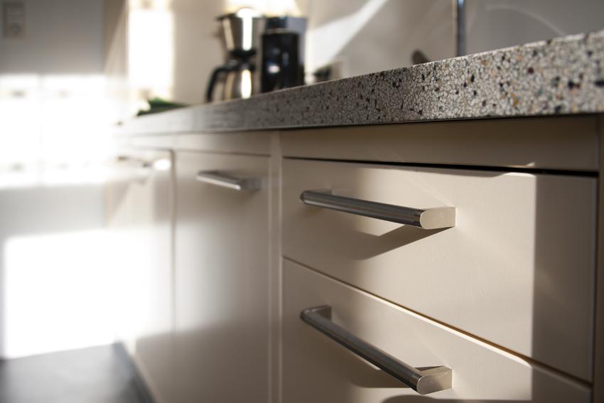 Foto van detail van een handgemaakte keuken met aanrecht van terrazzo.