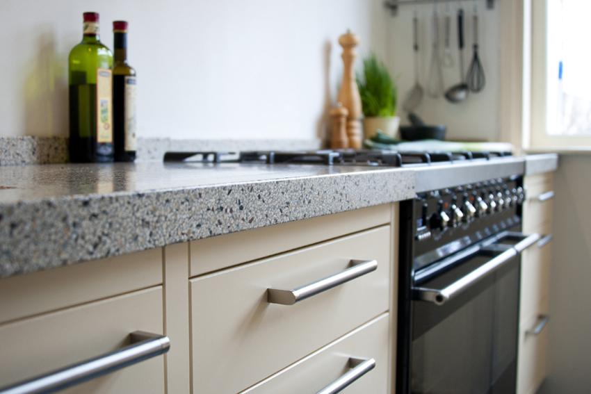 Foto van een handgemaakte keuken met aanrecht van terrazzo.