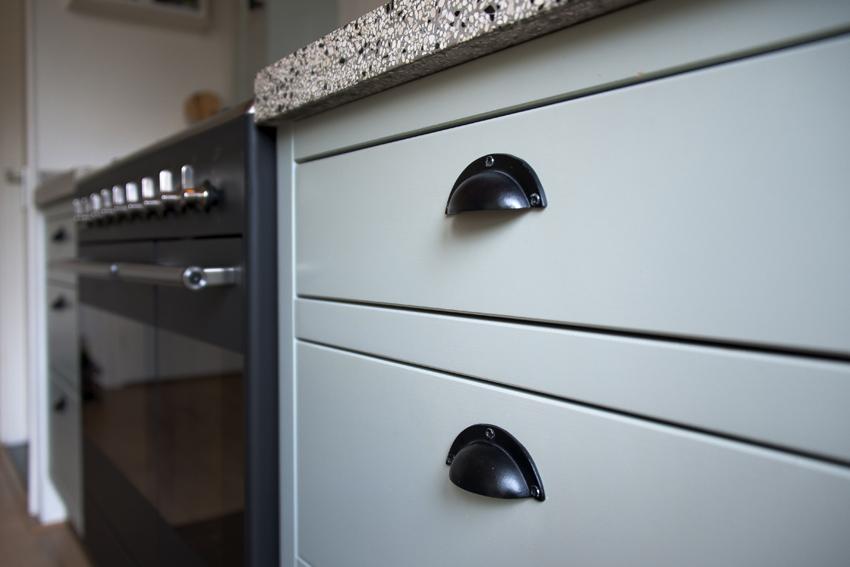 Foto van ladekasten in een handgemaakte keuken.