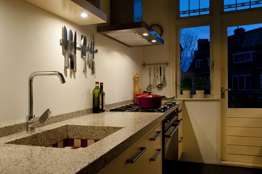 Foto van de verlichting in een handgemaakte keuken met aanrecht van terrazzo.