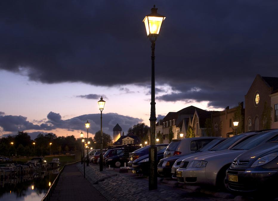 Foto van straatlantaarns langs de kade van Brielle.