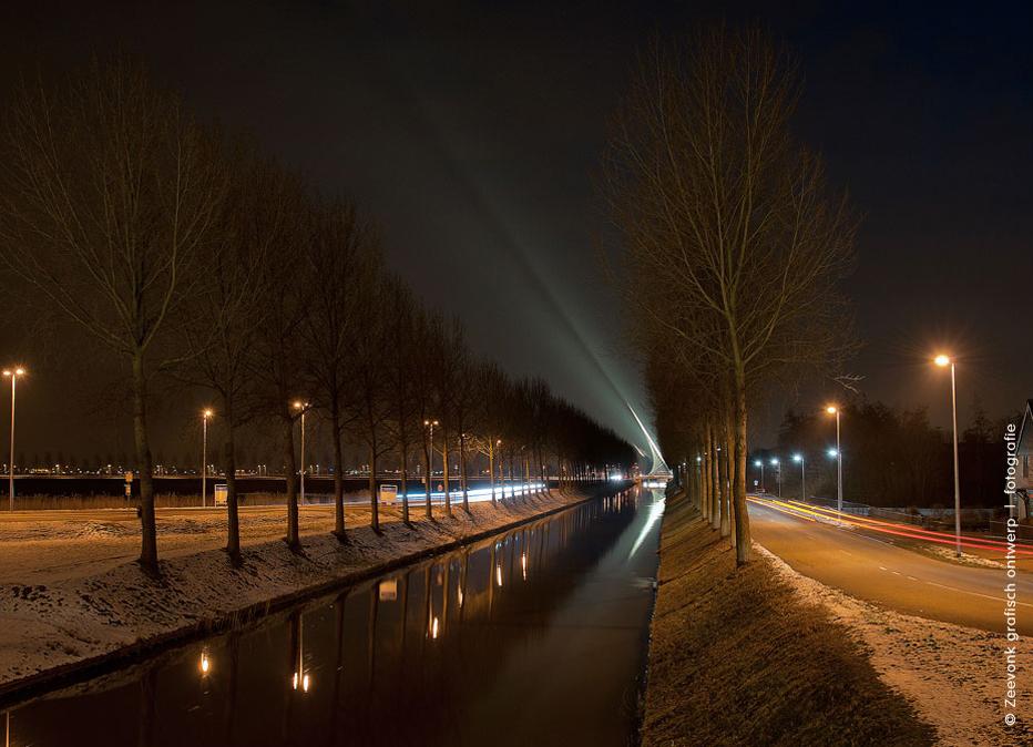 Foto van de verlichting van een van de bruggen van Calatrava, in de Haarlemmermeer.