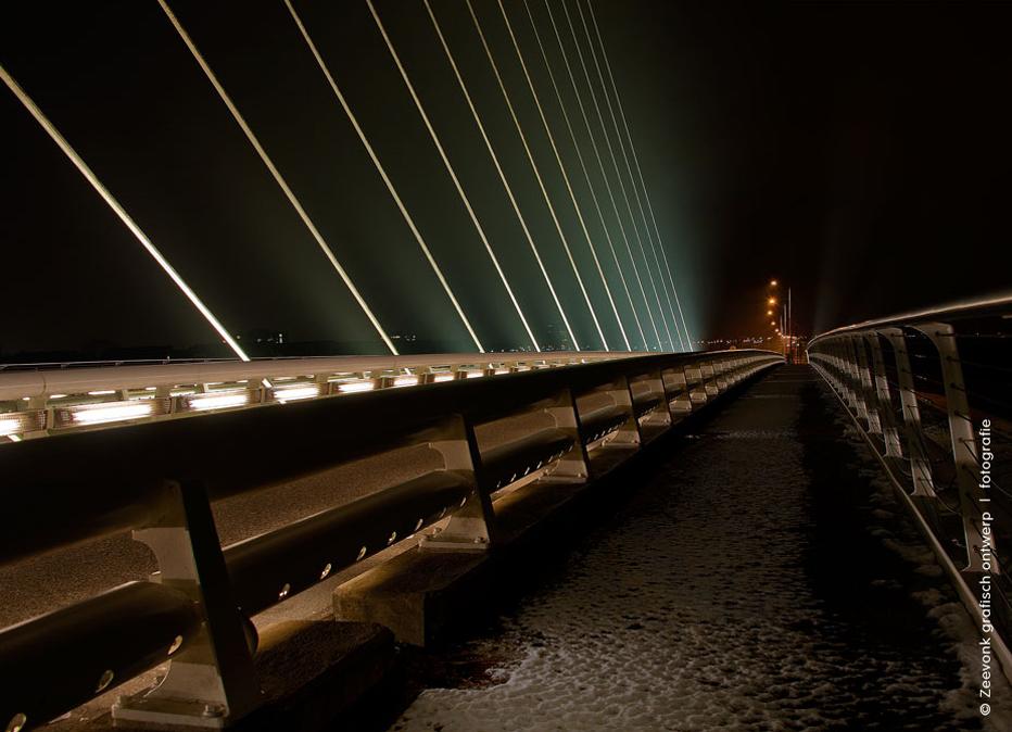 Foto van de verlichting van een van de bruggen van Calatrava, tijdens een sneeuwbui in de Haarlemmermeer.