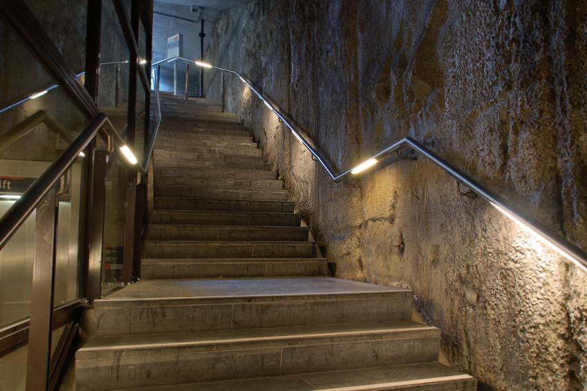 Foto van verlichting de armleuning van een trap van de tramtunnel in Den Haag
