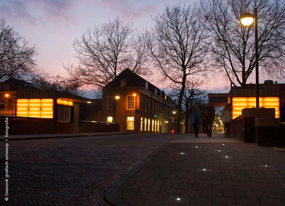 Foto van straatsteenverlichting in de Vriezebrug in Dordrecht.