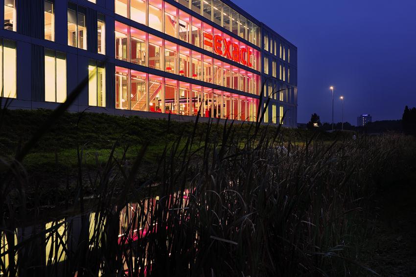 Foto van de verlichting van het Exact-gebouw, langs de A13 bij Delft.