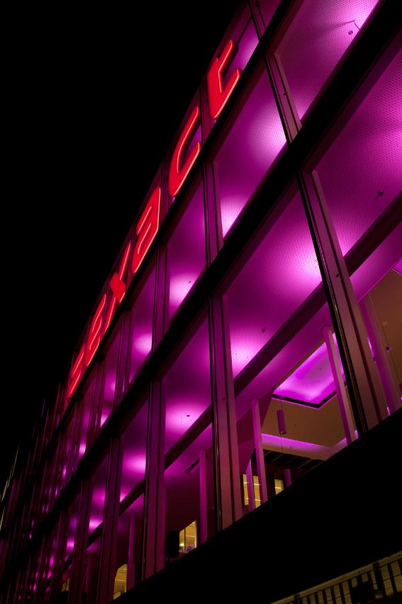 Foto van de veranderende kleuren van de binnenverlichting van het Exact-gebouw langs de A13 bij Delft.