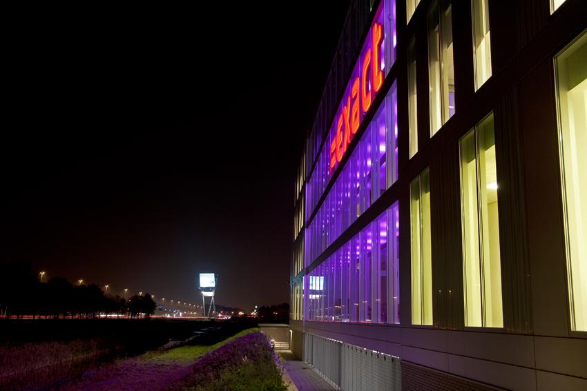 Foto van de buitenverlichting van het Exact-gebouw langs de A13 bij Delft.