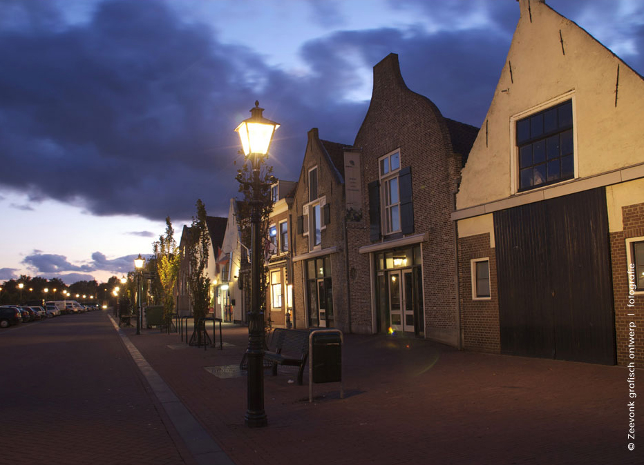 Foto van straatlantaarns langs de haven van Brielle.