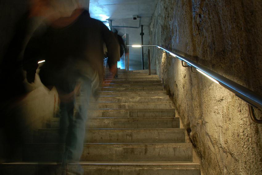 Foto van verlichting van de armleuning van een trap van de tramtunnel in Den Haag.