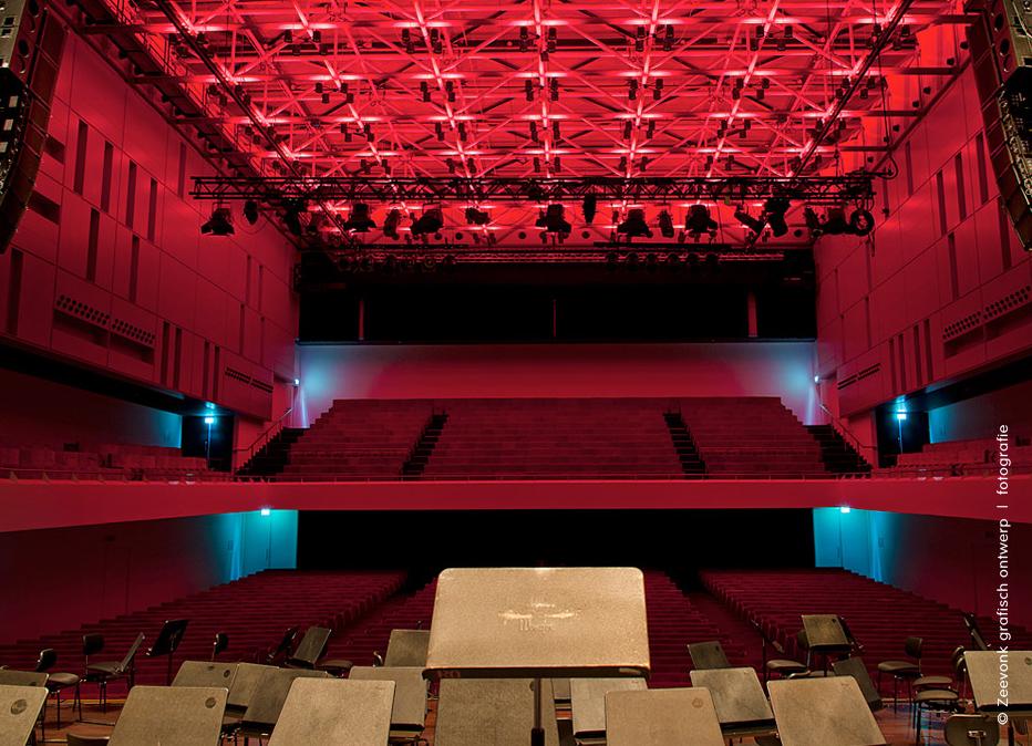 Foto van rode spots van een lichtscene in de Anton Philipszaal, Den Haag.