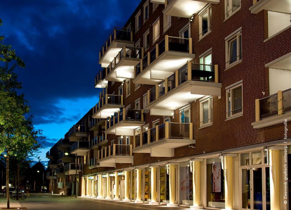 Foto van de verlichting van een flat aan de Markt in Almere.