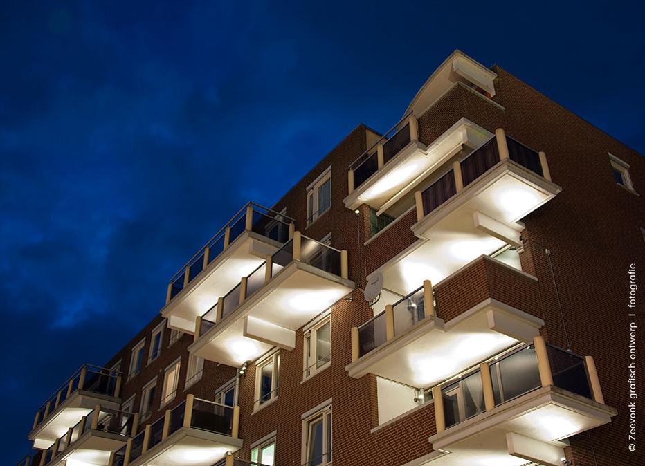 Foto van de verlichting van de onderkant van de balkons van een flat aan de Markt in Almere.