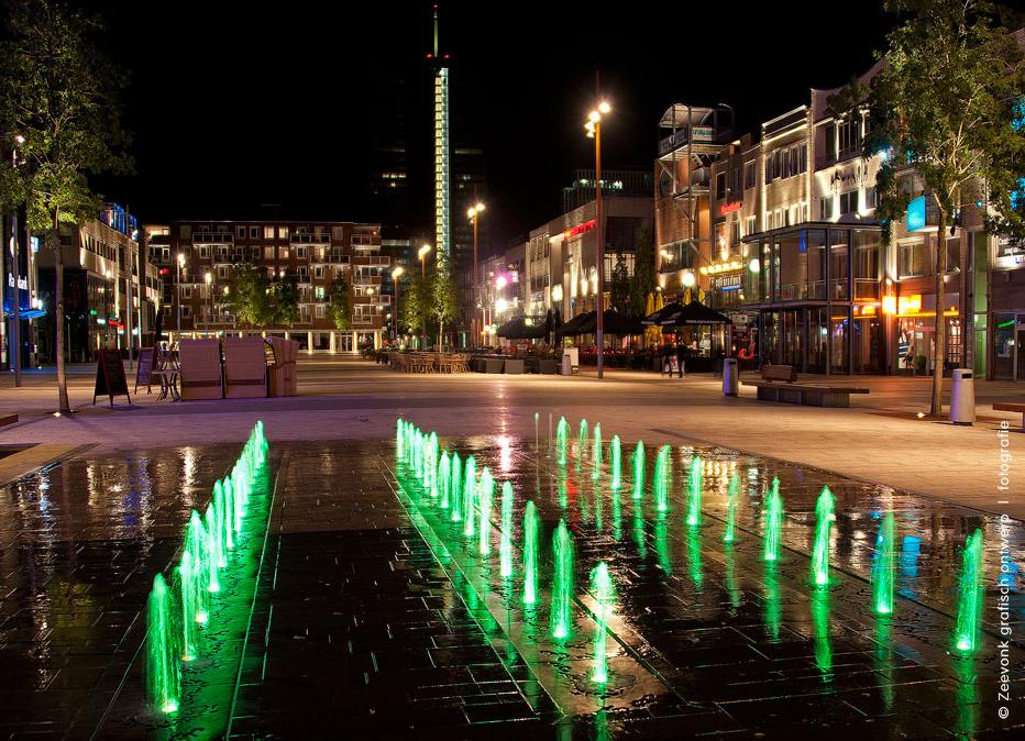 Foto van de verlichting van de Markt in Almere.