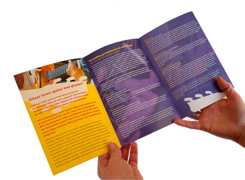 Foto van opengevouwen folder voor Gitaarschool René van der Giessen.