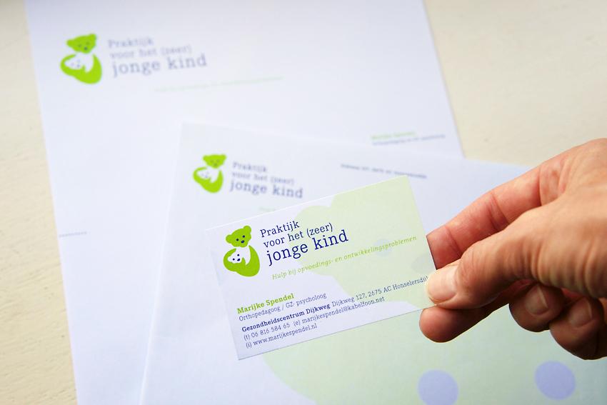 Foto van visitekaartje, briefpapier en envelop voor Praktijk voor het (zeer) jonge kind.